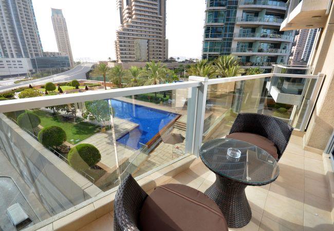 in Dubai - Pool front 1br apt on the marina