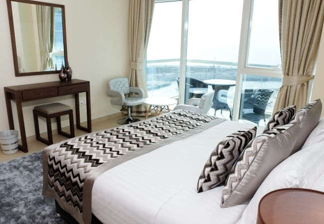 Apartment in Dubai - Exquisite Short Term Rental on the water and beach