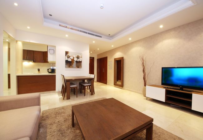 Apartment in Dubai - Eye-catching waterfront condo in Marina