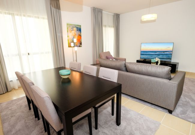Apartment in Dubai - Superb 2 Bedroom Holiday Home in Dubai Next to the beach
