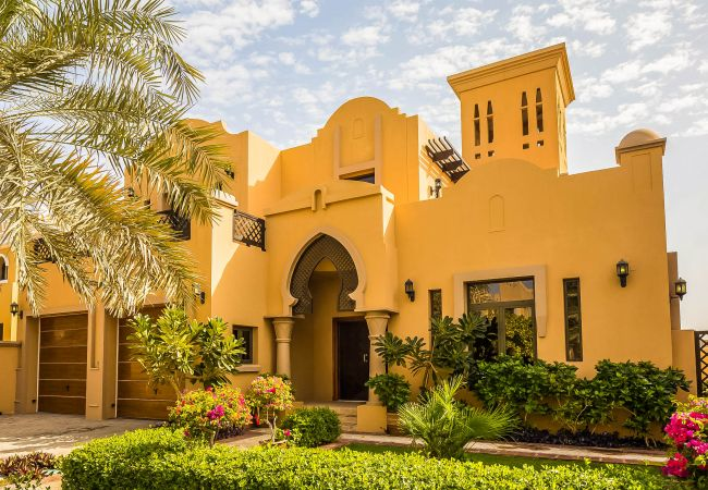 Villa in Dubai - Sumptuous 4-bedroom villa with private beach