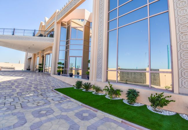 Villa in Dubai - Kite Palace - Lavish 7 Bedrooms villa on Kite Beach